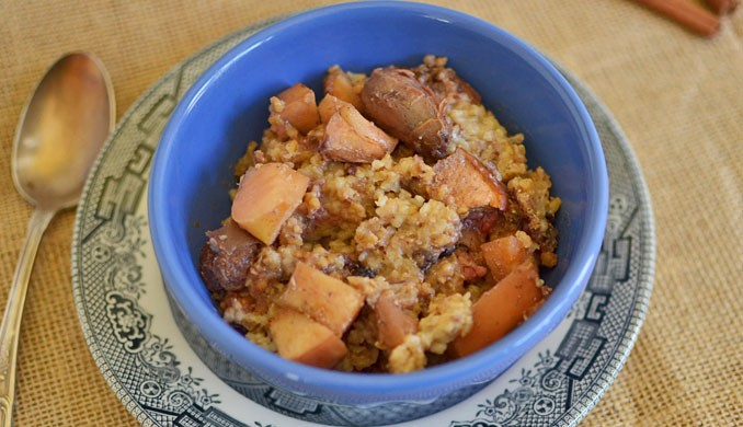 Overnight Apple Oatmeal via littleferrarokitchen.com
